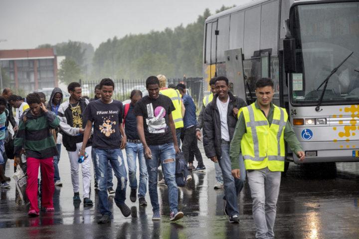 2015-07-20 11:30:01 GOES - De eerste groep asielzoekers komt met een bus aan bij de Zeelandhallen. De hallen zijn in gereedheid gebracht voor de opvang van vluchtelingen door van het Centraal Orgaan opvang asielzoekers (COA). ANP ARIE KIEVIT
