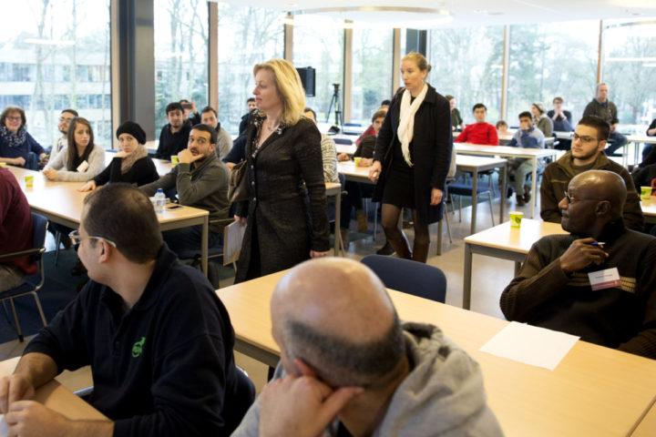 2016-02-22 15:19:37 NIJMEGEN - Minister Jet Bussemaker (Onderwijs) geeft een gastcollege voor vluchtelingen van het asielzoekerscentrum Heumensoord. Het gastcollege maakt deel uit van de collegereeks die de De Radboud Universiteit onlangs is gestart voor academisch geschoolde vluchtelingen die in het tentenkamp verblijven. ANP OLAF KRAAK