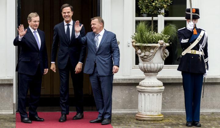 Rutte (midden) ontvangt de Ierse premier Kenny (L) en de Deense premier Rasmussen (L) in Den Haag - Foto: ANP