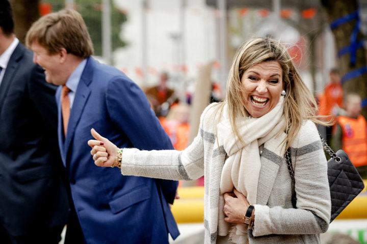 2017-04-21 08:42:23 VEGHEL - Koning Willem-Alexander en koningin Maxima bij basisschool De Vijfmaster tijdens de jaarlijkse Koningsspelen. ANP ROYAL IMAGES ROBIN VAN LONKHUIJSEN