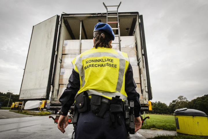 2015-09-17 13:31:16 BABBERICH - Het Mobiel Toezicht Veiligheid (MTV) van de Koninklijke Marechaussee houdt een actie bij de Duitse grens. De mobiele teams van de marechaussee breiden hun controles in de grensstreek uit om te kijken of meer vluchtelingen naar Nederland komen. ANP REMKO DE WAAL