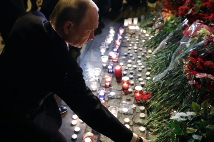 2017-04-03 22:57:14 epa05886896 Russian President Vladimir Putin (C) lays flowers outside Tekhnologicheskiy Institut metro station after an explosion took place earlier in the day, in Saint Petersburg, Russia, 03 April 2017. According to media reports, at least 11 people were killed and dozens were injured in an explosion in the city's metro system. Russia's National Anti-Terrorist Committee said that an explosion hit a train between Sennaya Ploshchad and Tekhnologichesky Institut stations, media added. An anti-terror investigation is underway. EPA/MIKHAIL KLIMENTYEV/SPUTNIK/KREMLIN POOL / POOL