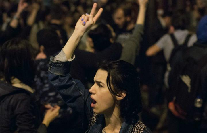 Aanhangers van de oppositie verzamelen zich in de wijk Besiktas in Istanbul om tegen de uitslag te protesteren - Foto: AFP