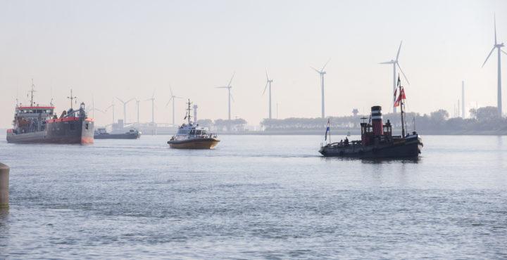 2016-10-31 14:13:41 HOEK VAN HOLLAND - Een botenparade tijdens de viering van het 150-jarige jubileum van de Nieuwe Waterweg. Begin 2017 wordt er een start gemaakt met de verdieping van de vaarweg, die de belangrijkste verbinding is tussen de Rotterdamse haven en de Noordzee. ANP JERRY LAMPEN