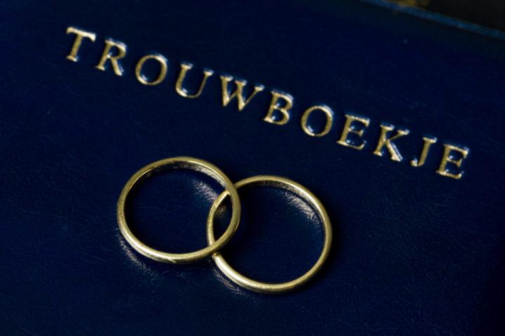 2010-11-17 00:00:00 HEEMSTEDE - Trouwringen met trouwboekje in trouwzaal. ANP XTRA KOEN SUYK