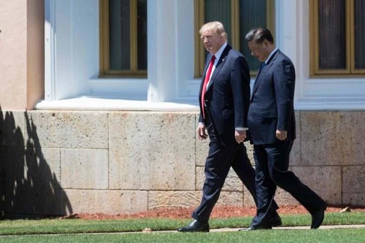 2017-04-07 12:26:25 US President Donald Trump (L) and Chinese President Xi Jinping (R) walk together at the Mar-a-Lago estate in West Palm Beach, Florida, April 7, 2017. / AFP PHOTO / JIM WATSON