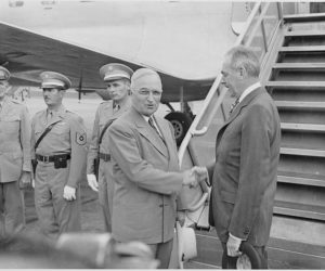 750px-photograph_of_president_truman_shaking_hands_with_secretary_of_state_dean_acheson_at_the_airport_in_washington_prior-_-_nara_-_200118