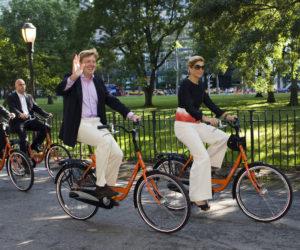"""2009-09-13 00:00:00 NEW YORK - Prins Willem-Alexander en Prinses Maxima fietsen door Battery Park naar de ligplaats van """"de Groene Vecht"""" om te gaan kijken naar de vlootschouw op de Hudson. De vlootschouw is het hoogtepunt en de afsluiting van de NY400 week. ANP ROYAL IMAGES LEX VAN LIESHOUT"""