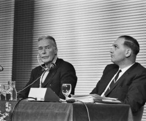 1965-02-04 00:00:00 AMSTERDAM: CHRISTIAN A.HERTER(RECHTS), VOORZ. VAN DE AMERIKAANSE DELEGATIE BIJ DE ONDERHANDELINGEN OVER DE KENNEDY-RONDE, EN PROF.WALTER HALLSTEIN, PRES.E.E.G. -COMMISSIE, DRUKKEN ELKAAR DE HAND TIJDENS EEN BIJEENKOMST VAN DE EUROPESE BEWEGING IN DE HOOFDSTAD.