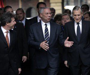 2004-12-10 14:01:04 NLD-20041210-DEN HAAG: De minister van buitenlandse zaken van de Verenigde Staten Colin Powell arriveert in gezelschap van zijn ambtsgenoot Ben Bot op het het Binnenhof in Den Haag. ANP FOTO/ROBERT VOS, NLD-20041210-DEN HAAG: De minister van buitenlandse zaken van de Verenigde Staten Colin Powell arriveert in gezelschap van zijn ambtsgenoot Ben Bot op het het Binnenhof in Den Haag. ANP FOTO/ROBERT VOS
