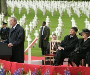 2005-05-08 14:54:58 NLD-20050508-MARGRATEN: President Bush houdt zondagochtend een toespraak op de militaire begraafplaats in Margraten. Op de achtergrond (vlnr) premier Balkenende, koningin Beatrix en Laura Bush. De president bedankte de militairen die vielen in de strijd tegen de Duitsers en sprak zijn erkentelijkheid uit voor de Nederlandse families die in het najaar van 1945 graven van Amerikaanse soldaten in Margraten adopteerden en voor twintig vrachtwagens vol bloemen voor de eerste Herdenkingsdag zorgden. Volgens hem is het vrije Europa na de oorlog gebouwd op de moed en offers van de soldaten die het continent hebben bevrijd. Zie berichtgeving BIN dd heden. ANP FOTO/REUTERS/MICHAEL KOOREN, NLD-20050508-MARGRATEN: President Bush houdt zondagochtend een toespraak op de militaire begraafplaats in Margraten. Op de achtergrond (vlnr) premier Balkenende, koningin Beatrix en Laura Bush. De president bedankte de militairen die vielen in de strijd tegen de Duitsers en sprak zijn erkentelijkheid uit voor de Nederlandse families die in het najaar van 1945 graven van Amerikaanse soldaten in Margraten adopteerden en voor twintig vrachtwagens vol bloemen voor de eerste Herdenkingsdag zorgden. Volgens hem is het vrije Europa na de oorlog gebouwd op de moed en offers van de soldaten die het continent hebben bevrijd. Zie berichtgeving BIN dd heden. ANP FOTO/REUTERS/MICHAEL KOOREN