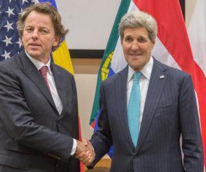 2014-12-02 18:18:46 BRUSSEL - Minister van Buitenlandse Zaken Bert Koenders tijdens zijn ontmoeting met zijn Amerikaanse collega John Kerry op het NAVO hoofdkwartier in Brussel. De Amerikaanse minister van Buitenlandse Zaken praat deze week met Europese leiders over nieuwe sancties tegen Rusland. ANP OLIVIER MATTHYS