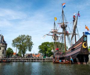 2015-05-23 13:26:53 HOORN - De replica het VOC-schip Halve Maen vaart onder grote belangstelling de haven van Hoorn binnen. Henry Hudson, kapitein van de (VOC), ontdekte ruim 400 jaar geleden met de Halve Maen Manhattan, waar later Nieuw-Amsterdam werd gesticht, het huidige New York. Het schip werd in 1989 nagebouwd in opdracht van de Nederlandse Amerikaan Andrew Hendricks. Hij is oprichter van het New Netherland Museum, dat het schip heeft uitgeleend aan Hoorn. ANP REMKO DE WAAL