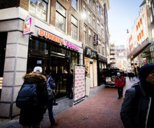 2017-03-22 10:19:15 AMSTERDAM - Exterieur van de eerste nieuwe vestiging van Dunkin' Donuts in Nederland. ANP REMKO DE WAAL