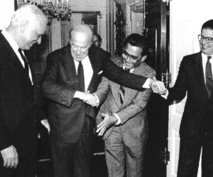 1988-03-29 12:00:00 De ene hand lijkt niet meer te weten wat de andere doet als de Amerikaanse minister van buitenlandse zaken George Shultz met 3 leiders van de Nicaraguaanse contra's tegelijkertijd de hand wil schudden. v.l.n.r. Adolfo Calero, Schultz, Enrique Bermudez en Alfredo Cezar.