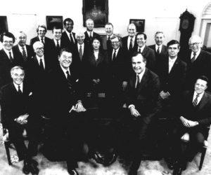 1981-02-06 12:00:00 President Reagan met zijn kabinet in het 'oval office'. Eerste rij L-R Alexander Haig, (buitenlandse zaken), Reagen (president), George Bush (vice-president), Casper Weinberger (defensie). Daarachter L-R Raymond Donovan (Sociale zaken), Donald Regan (financien), Terrel Bell (onderwijs), David Stockman (begrotingsdirecteur), Andrew Lewis (verkeer), Samuel Pierce (huisvesting), William Franch Smith (justitie), James Watt (binnenlandse zaken), Jeane Kirkpatrick (VN-ambassadrice), Edwin Meese (speciale adviseur met kabinetsrang), James Edwards (energie), Malcom Baldrige (handel), William Brock (handel), Richard Schweiker (gezondheidszorg), John Block (landbouw) en William Casey (directeur CIA).