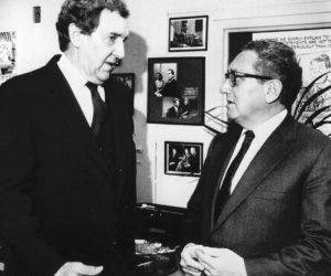 1980-11-02 12:00:00 De Amerikaanse minister van buitenlandse zaken Edmund Muskie (hier in gesprek met zijn voorganger Henry Kissinger) heeft in een televisieprogramma van de ABC verklaard dat er nog geen besluit is genomen over de vier voorwaarden van Iran voor de vrijlating van de gijzelaars.
