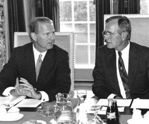 1989-07-17 12:00:00 President George Bush in gesprek met minister buitenlandse zaken, James Baker (l) in de Treveszaal op het Binnenhof.