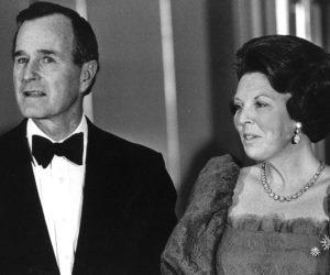 1983-02-01 12:00:00 Koningin Beatrix in gesprek met de Amerikaanse vice-president George Bush.