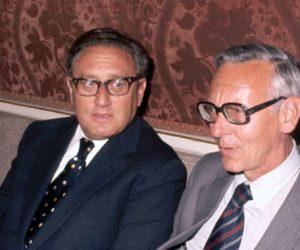 1976-10-05 12:00:00 NLD19761005-SCHIPHOL: Minister van buitenlandse zaken Max van der Stoel ontmoet zijn Amerikaanse collega Henry Kissinger op Schiphol. ANPFOTO / ARTHUR BASTIAANSE