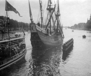 Een kopie van 'De Halve Maan' [d' Halve Maen], het schip van ontdekkingsreiziger Henry Hudson, op de Amsterdamse Amstel, Nederland, 1909. Het schip is bedoeld als schenking van Nederland aan de Amerikanen en zal per stoomschip naar Amerika vervoerd worden.