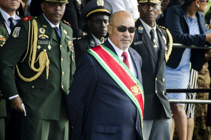 2015-08-12 15:39:30 PARAMARIBO - President Desi Bouterse neemt een militair defile af na de inauguratie. Bouterse werd herkozen door het parlement nadat zijn Nationale Democratische Partij (NDP) de verkiezingen had gewonnen. ANP PIETER VAN MAELE