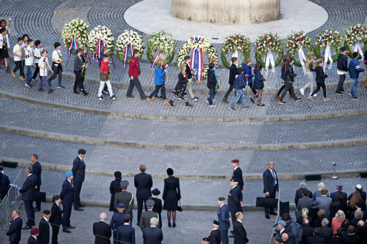 2016-05-04 19:24:24 AMSTERDAM - Koning Willem-Alexander en koningin Maxima hebben een krans gelegd bij het Nationale Monument op de Dam tijdens de nationale dodenherdenking. ANP ROYAL IMAGES OLAF KRAAK
