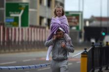 Wanhopige ouders zoeken kinderen na aanslag