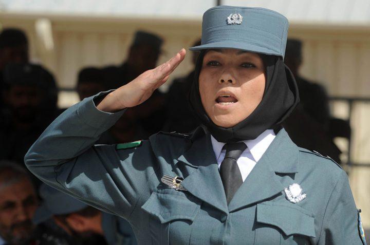 Een Afghaanse politieagent met hoofddoek: in Nederland is dit (nog) niet toegestaan - Foto: AFP