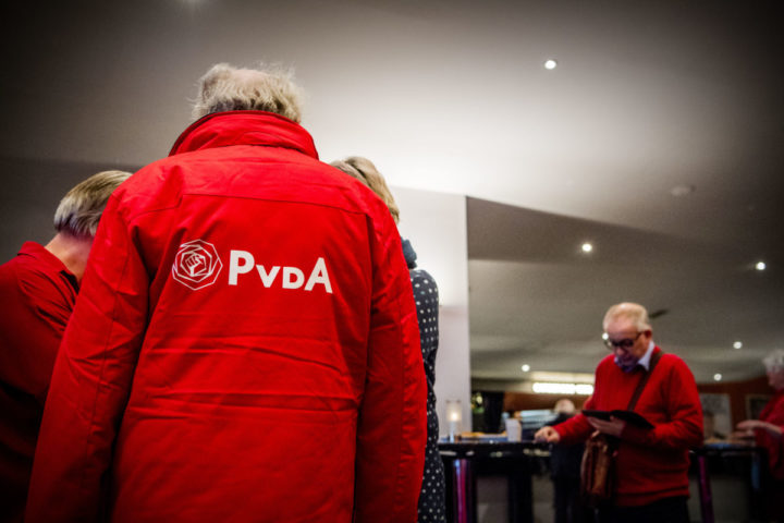 2017-03-18 00:00:00 UTRECHT - PvdA-leden tijdens de politieke ledenraad van de Partij van de Arbeid in het Beatrixgebouw. ANP ROBIN UTRECHT