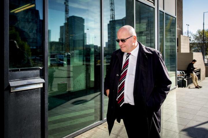2016-04-21 09:35:26 AMSTERDAM - Oud-staatssecretaris en oud-aanklager Fred Teeven komt aan bij de rechtbank om te getuigen in de zaak rondom Demmink. Teeven leidde in 1998 als officier van justitie het zogenoemde Rolodex-onderzoek naar een pedofielennetwerk, waar onder anderen Demmink deel van zou hebben uitgemaakt. ANP KOEN VAN WEEL