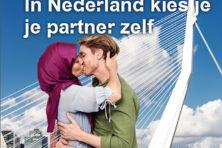 Poster met zoenende moslima oogst kritiek maar toch vooral lof