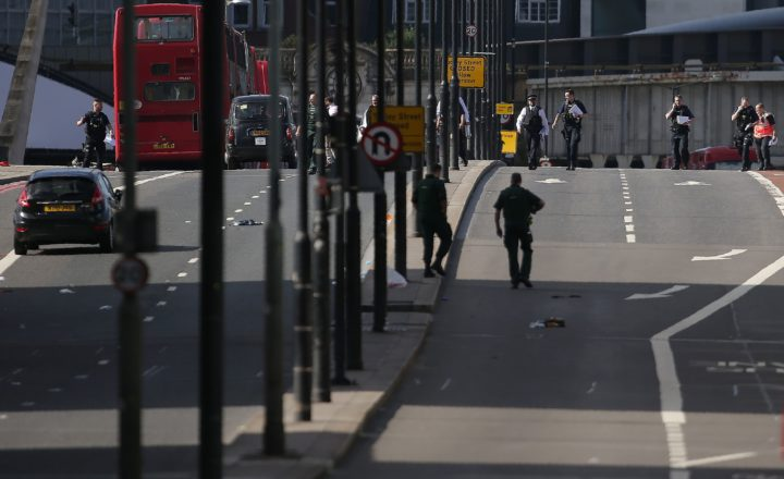 2017-06-04 09:02:58 Members of the Police and Ambulance service assess the scene on London Bridge in London on June 4, 2017, following a terror attack. Forty-eight people have been taken to hospital after a terror attack in central London in which six people died, the London Ambulance Service said Sunday. / AFP PHOTO / Daniel LEAL-OLIVAS