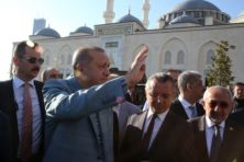 Erdogan zakt in elkaar tijdens Suikerfeest-gebed