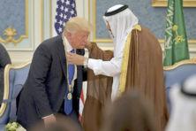 Pijnlijk: Trump laat zich voor karretje van Saudi's spannen