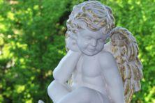 Twee witte engeltjes in geknielde houding