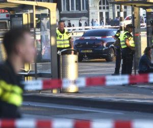 2017-06-10 00:00:00 AMSTERDAM - Politie verricht onderzoek voor het centraal station van Amsterdam waar zich een incident met een auto heeft voorgedaan. ANP EVERT ELZINGA