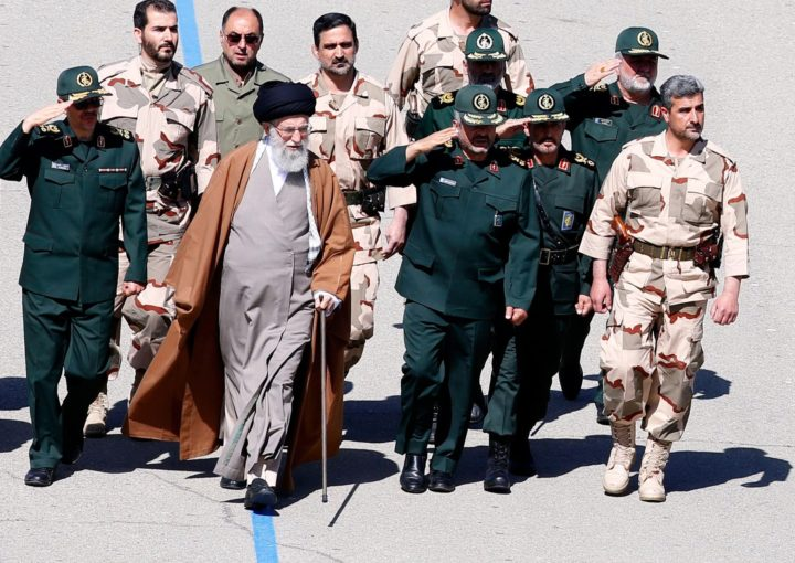 Ali Khamenei bij ceremonie Revolutionaire Garde