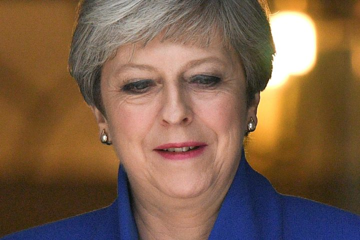 Theresa May werd in het rampgebied uitgejouwd door een woedende menigte - Foto: AFP
