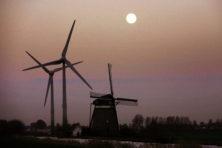 Achter elke windmolen staat een gascentrale