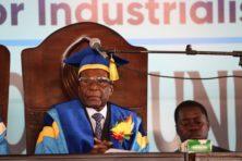 Plots duikt Mugabe op bij buluitreiking