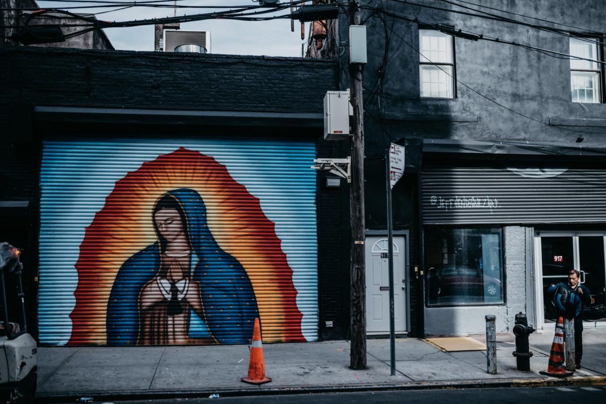 Graffiti en muurschilderingen verfraaien veel puien