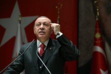 Erdogan neemt geen genoegen met excuses NAVO na blunder met poster