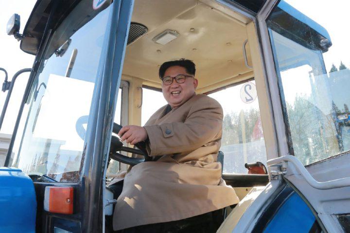 Noord-Koreaanse leider Kim Jong-un in een tractor