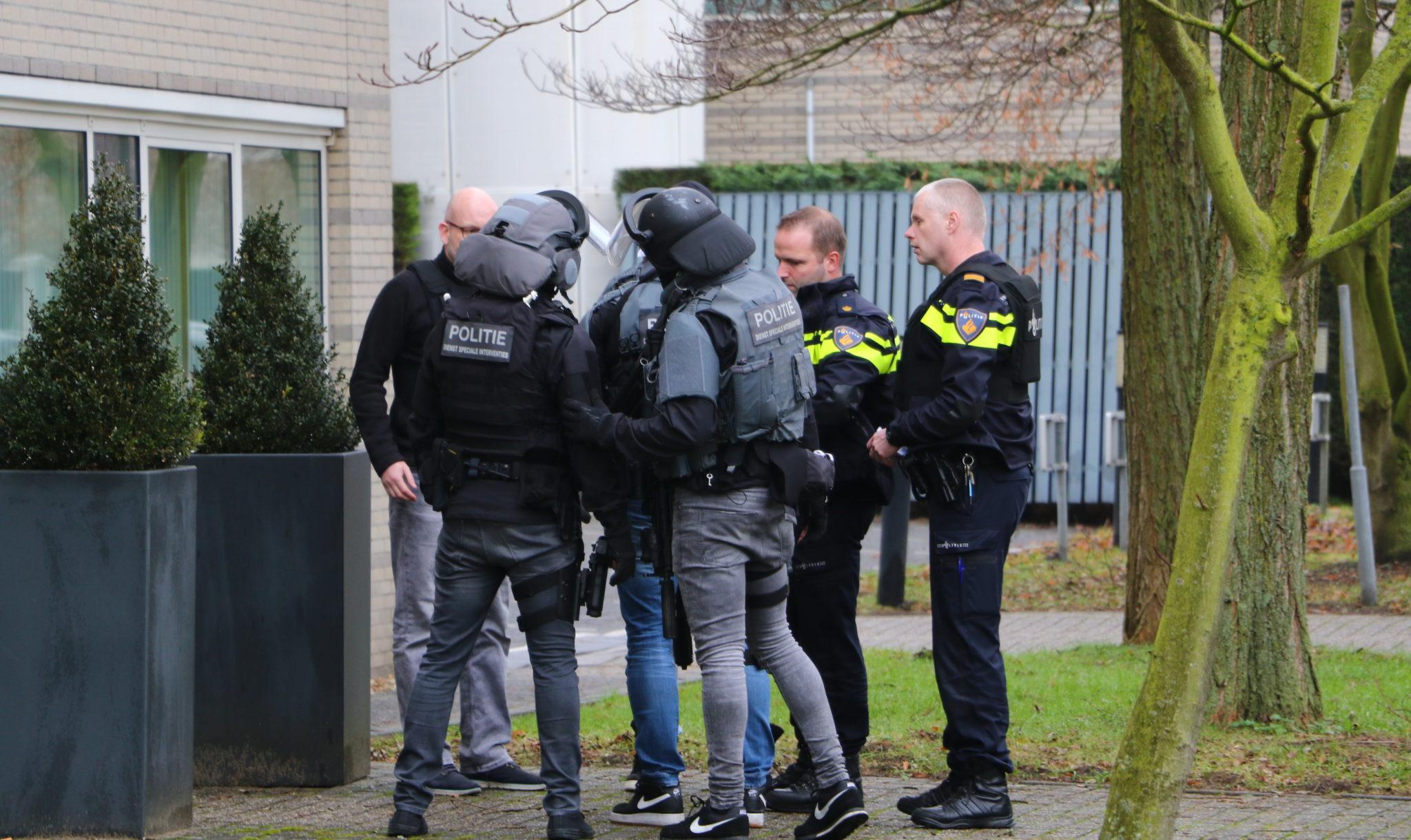 politie maakt jacht op korte man met stekelig haar na
