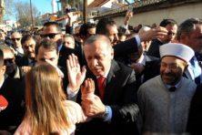 Erdogan deelt speelgoed uit aan moslimkinderen