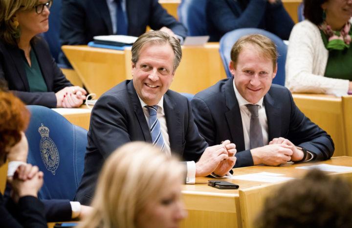 Alexander Pechtold en Kees Verhoeven in de Tweede Kamer bij het referendumdebat