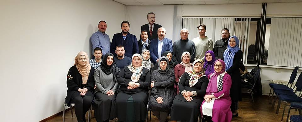 Groenlinks debat in de digitale hofstad hij is te zien op een groepsfoto van uetd nederland pal voor een foto van de turkse president erdogan fandeluxe Image collections