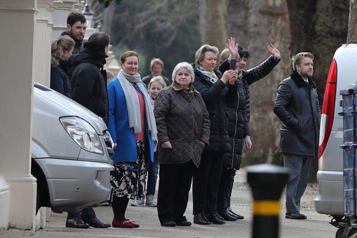 Diplomaten en medewerkers verlaten de Russische ambassade in Londen, 20 maart