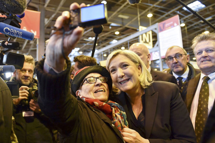 Met een bezoek aan een landbouwtentoonstelling probeert Le Pen haar populariteit op te vijzelen. Haar rechts-populistische partij kreeg stevige tikken. Foto: AFP